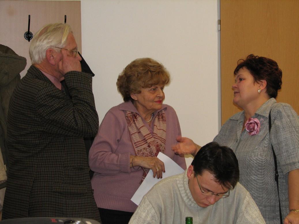 Diskuse o přestávce (zleva L. Kurka, J. Burgetová, Z. Houšková)