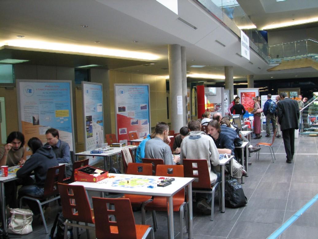 Pohled na prezentační stánky pražských vysokých škol