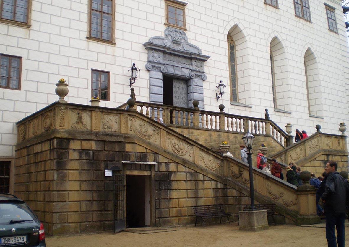 Příchod na zámek v Náměšti nad Oslavou (autor František Rezek)