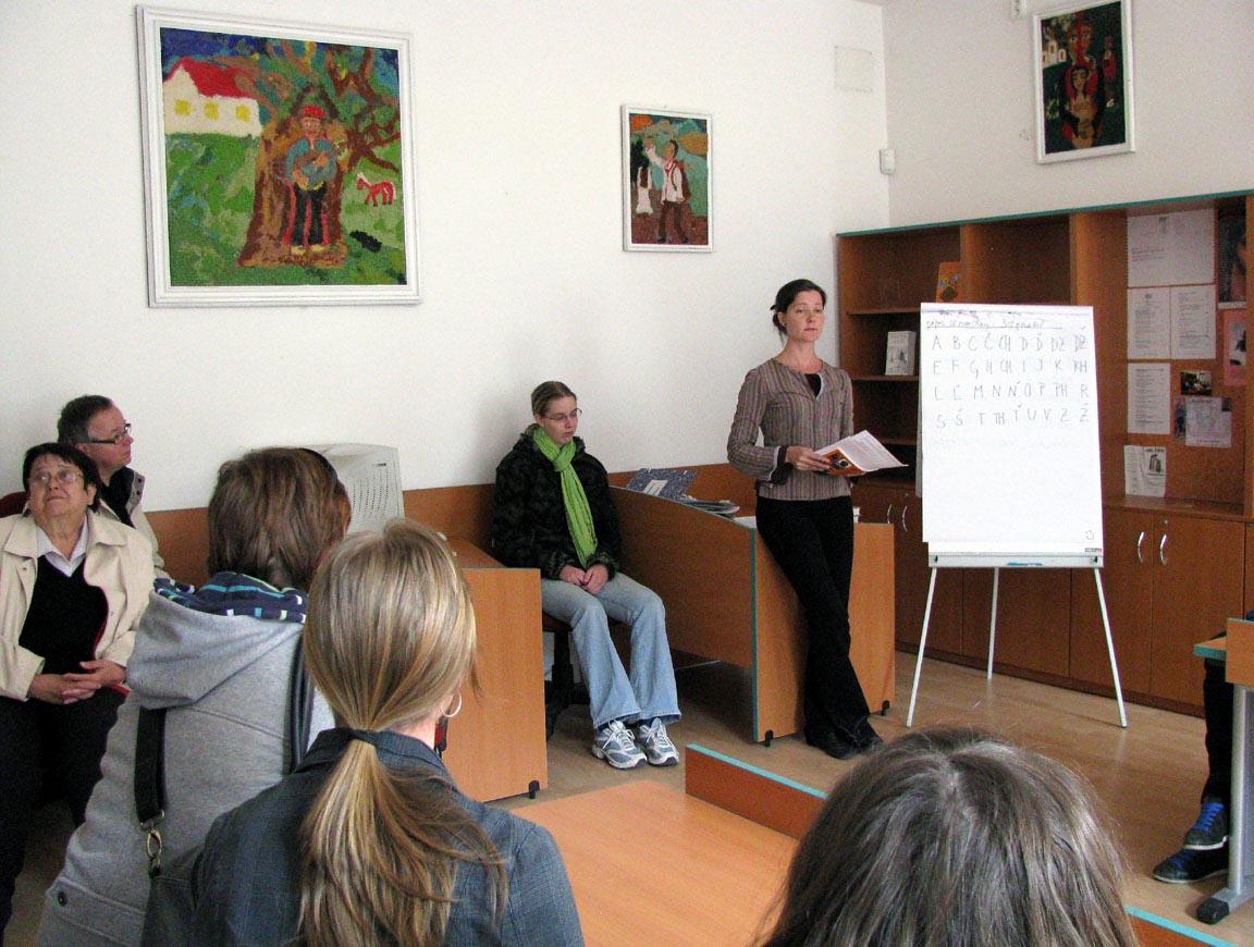 Přednáška Mgr. Milady Závodské v knihovně romské kultury (autor Zuzka Rousková)