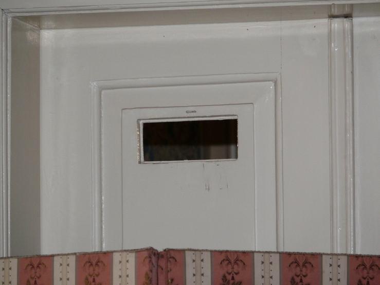 Pozorovací okénko pro pány účastnící se přednášek Amerického klubu dam