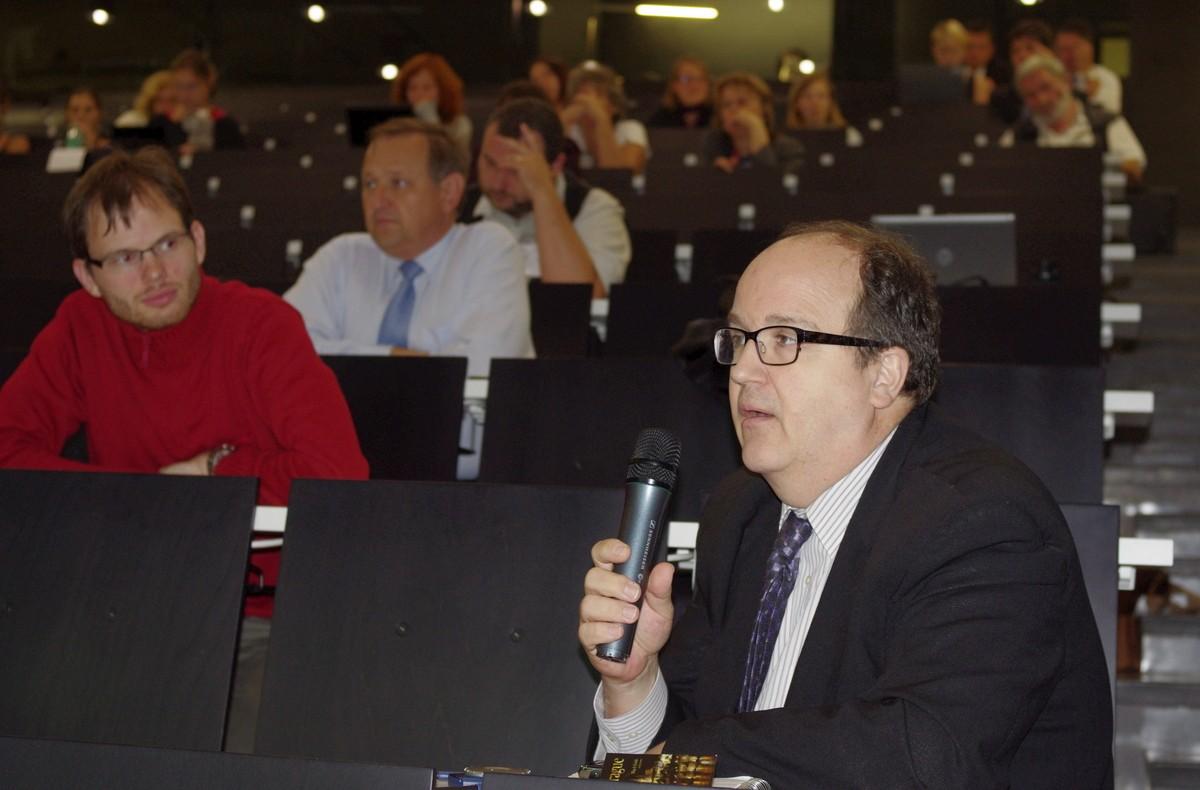 Jeff Clovis, původně biolog, pracoval třicet let pro Eugena Garfielda v ISI. Do Prahy přijel jako zástupce korporace Thomson-Reuters