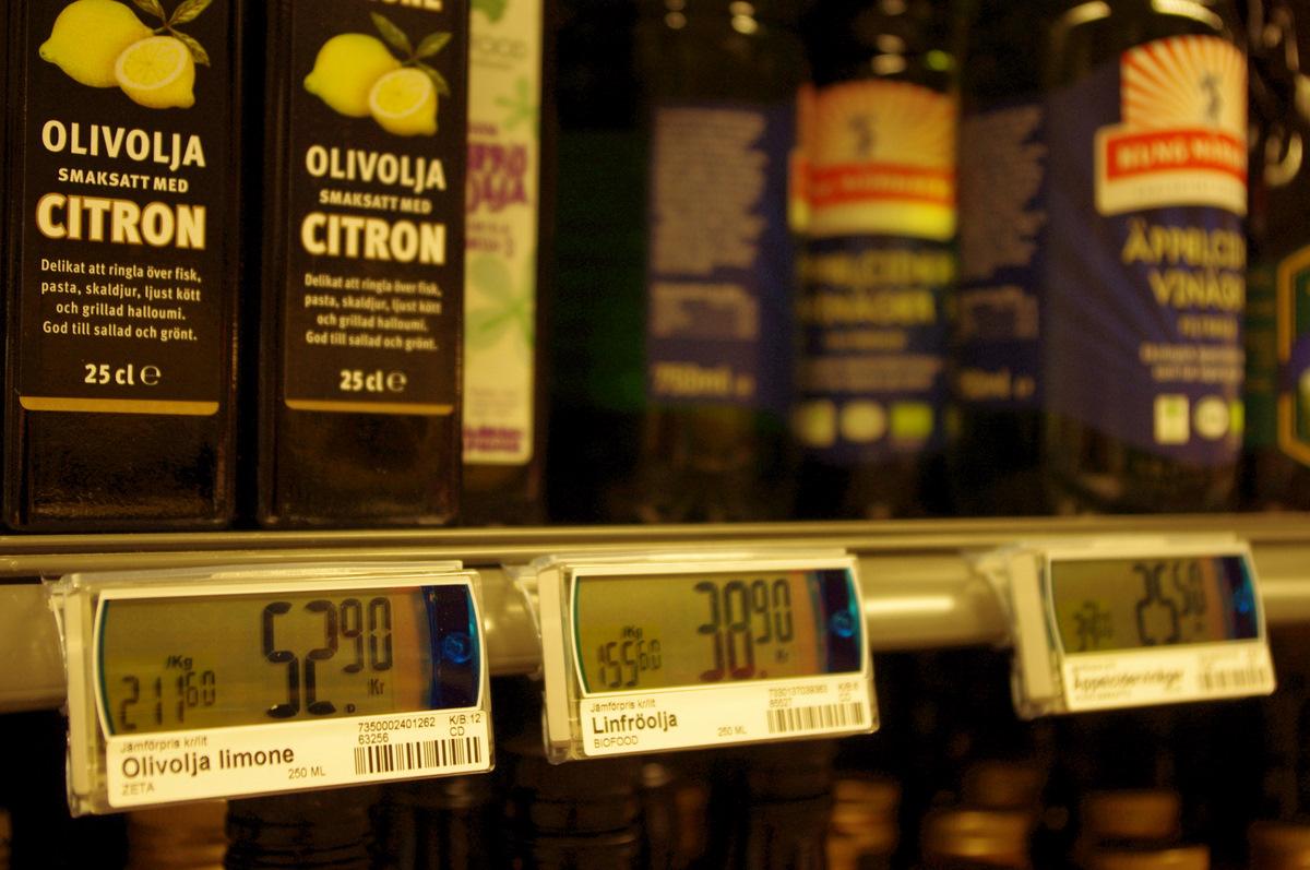 Cesta z ekonomické krize je podmíněna počáteční investicí do nových zobrazovacích technologií cen výrobků. Výhody plynoucí z vyšší spotřebitelské aktitivty jsou ale nesporné. Povšimněte si velkých cenových rozdílů mezi Olivolja limone a Linfröoljou, přestože je druhá jmenovaná položka zkategorie BIO a první je jen obyčejná ZETA. Pokud počkáte čtvrt hodiny, cenový poměr může být obrácený...