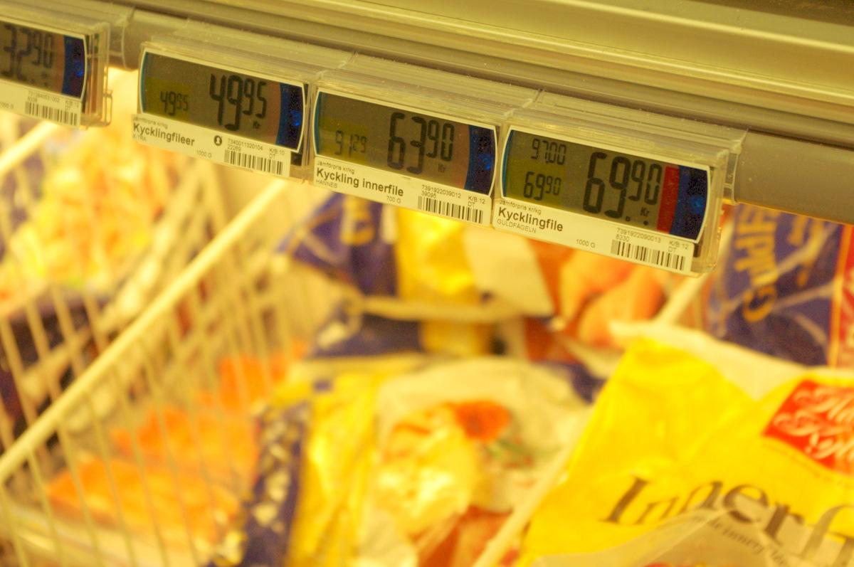 Na každém displeji je červený segment, který se rozsvítí pět sekund před změnou ceny. Nakupující neví, zda se cena pohne nahoru nebo dolů, ale ještě vtuto chvíli má možnost uzamknutí ceny na stávající úrovni. Vtomto případě se cena ve Švédsku velmi oblíbeného <i>Kicklingfile</i> po několika sekundách zvýšila na 99,90 SKK