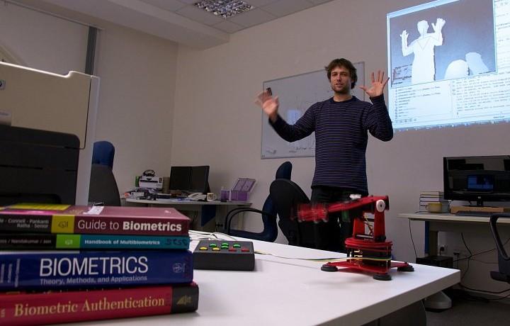 Jan Hrdlička na jedné z prezentací ovládání robotické ruky