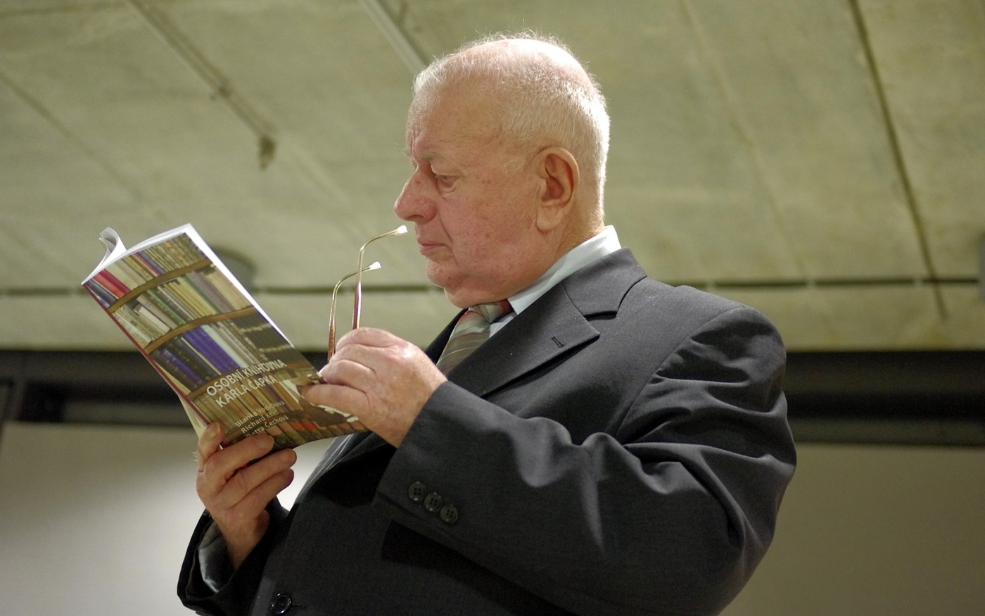 Knihu si mohli návštěvníci nejen prohlédnout, ale i zakoupit