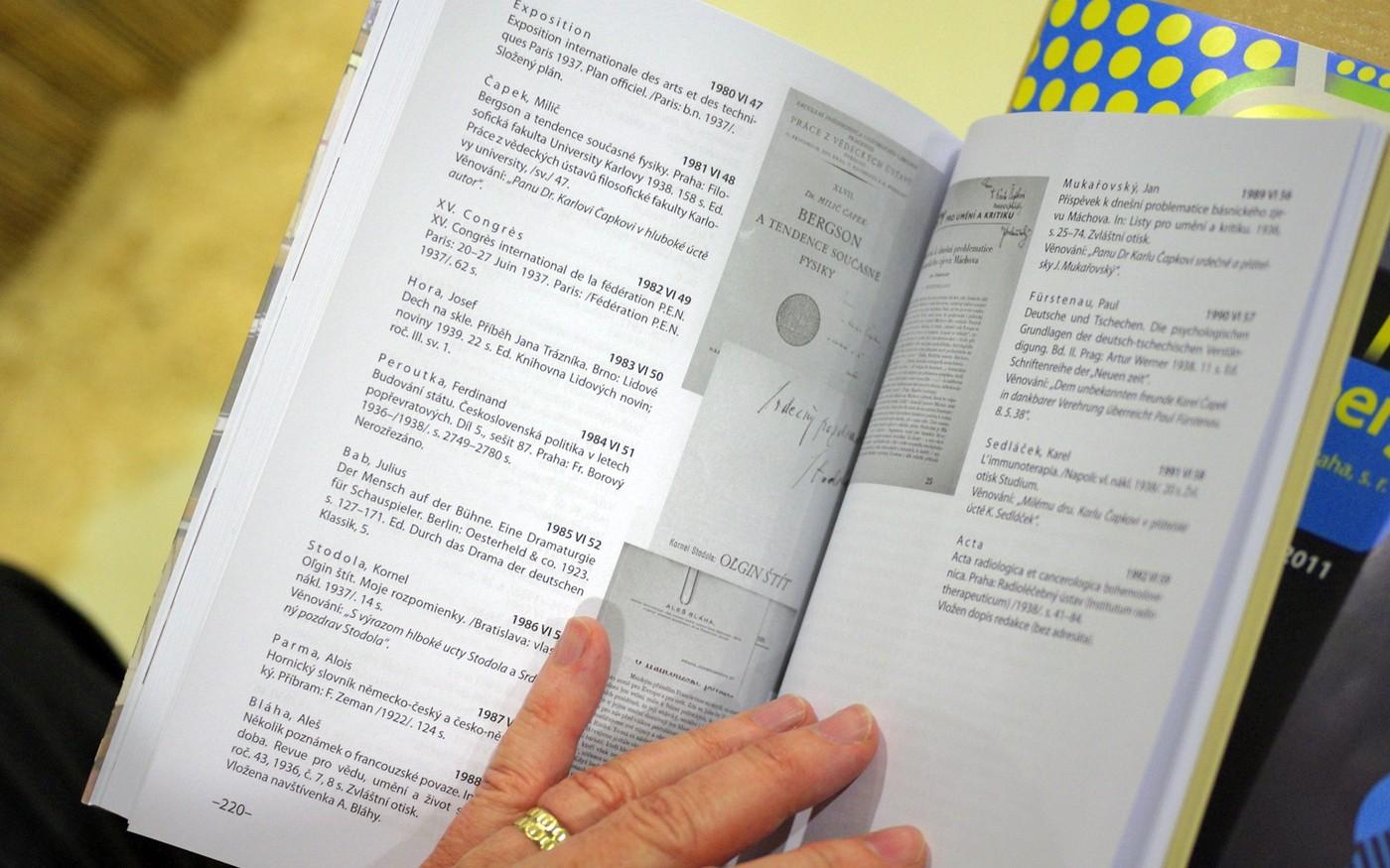 Na stránkách publikace můžeme vidět titulní listy a bibliografické záznamy Čapkových knih a také jeho vepsané poznámky