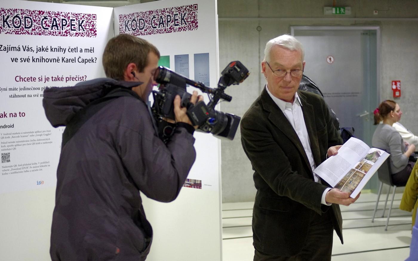 Ředitel NTK Martin Svoboda ukazuje novou publikaci tisku
