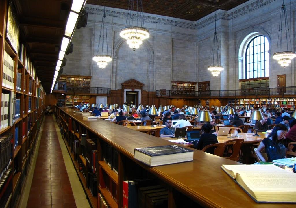 Přestože digitalizace umožňuje pohodlný dálkový přístup ke zdrojům, studovna newyorské knihovny zůstává hojně obsazena čtenáři, kteří se za knihou neváhají vydat osobně