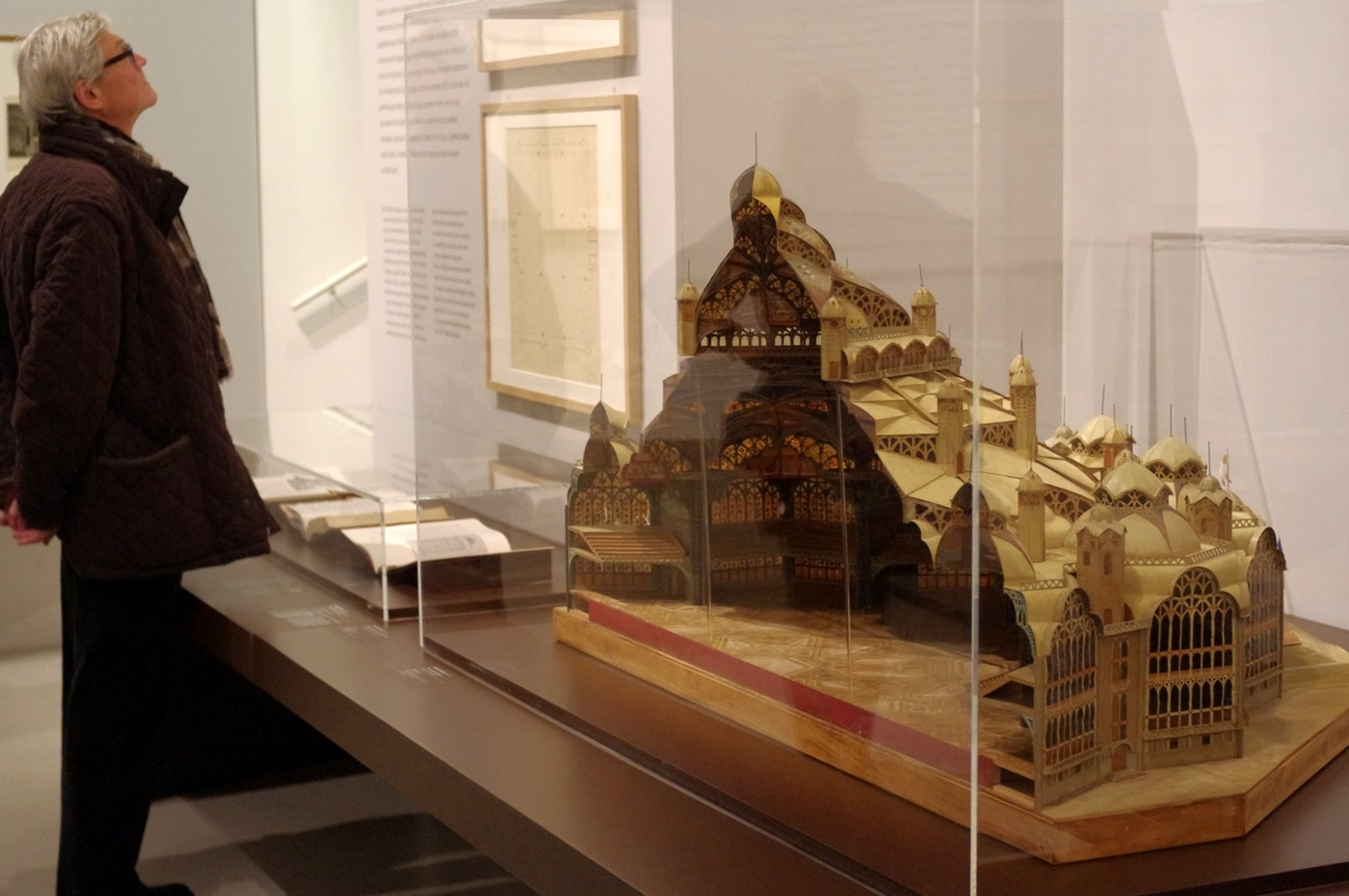 Modely staveb a studie interiérů tvořily na výstavě oblíbené exponáty. Kvidění byly rovněž architektovy skicáře a vmalém přeplněném kině byl promítán film o jeho životě