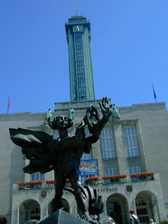 Ikaros před ostravskou Novou radnicí - ánfas, mírný podhled