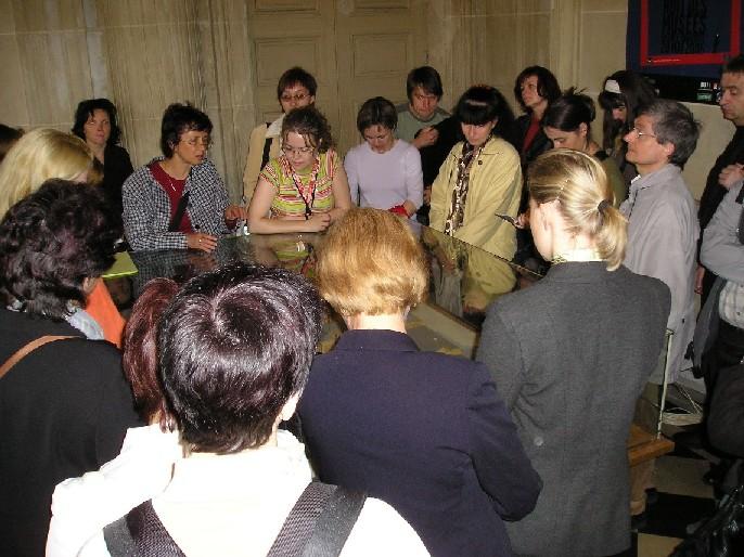 Obr. 1 Účastníci exkurze kolem modelu komplexu CHAN
