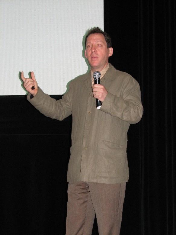 P. Holdengräber hovořící k publiku