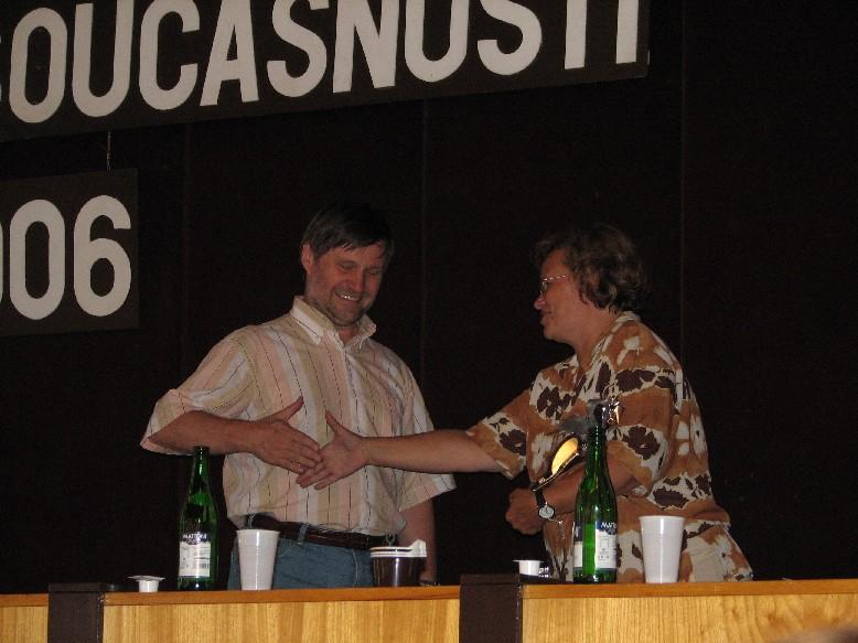 J. Štěrbová gratuluje vítězi ankety V. Richterovi