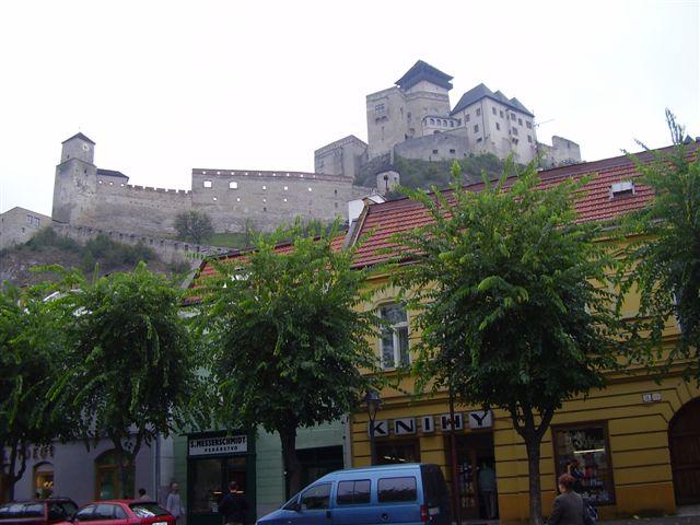 Pohľad z námestia na Trenčiansky hrad
