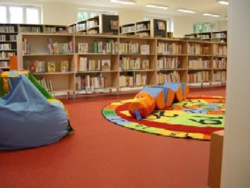Koutek v dětském oddělení, v pozadí oddělení pro dospělé
