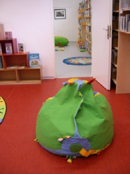 Průhled z dětského oddělení do společenské místnosti