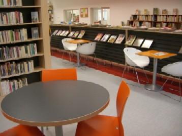 Oddělení pro dospělé s čítárnou časopisů – v pozadí dětské oddělení
