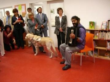 Kulturní program při slavnostním zahájení – jak zpěv s harmonikou, tak výstava fotografií ve společenském sále – byl dílem nevidomého pana Biháriho