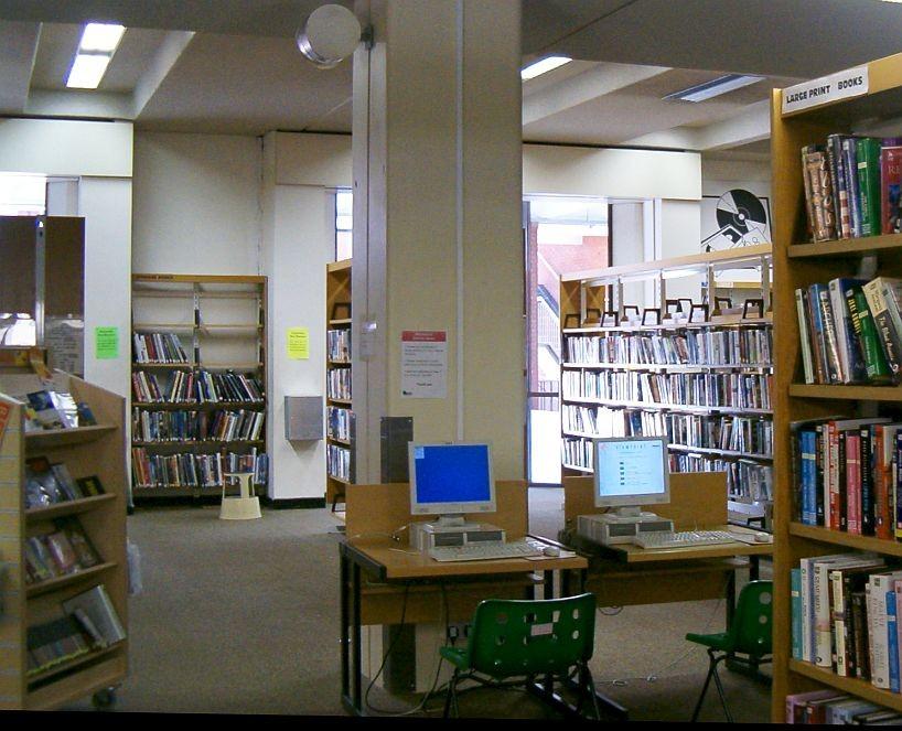 Počítačové stanice v centrální knihovně v Ealingu
