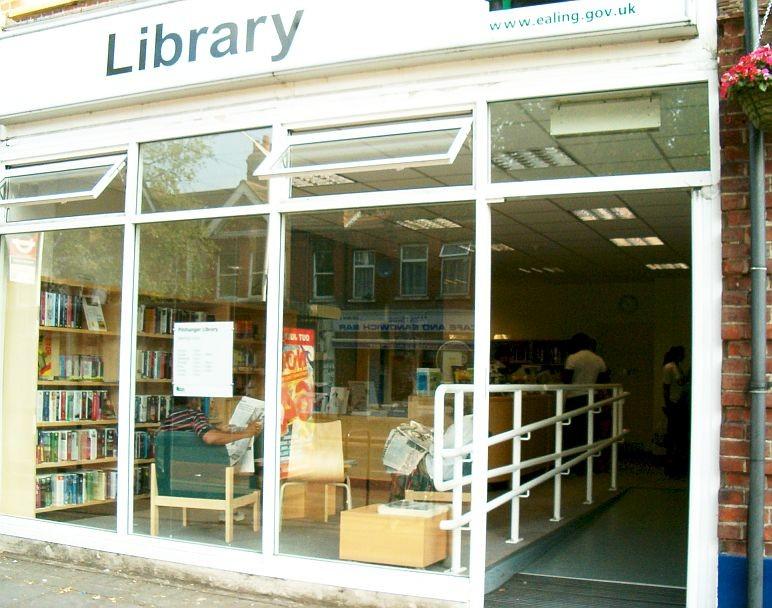 Bezbariérový vchod do knihovny v Pitschanger Lane