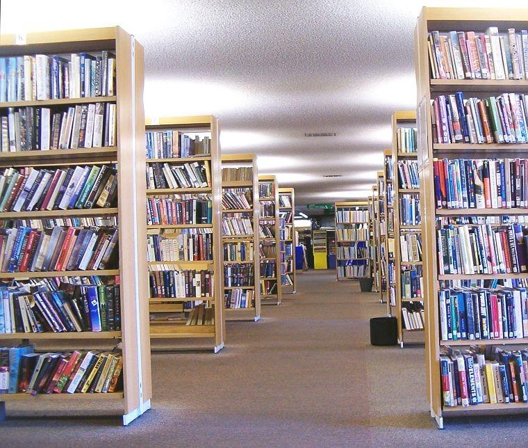 Interiér centrální knihovny v Ealingu