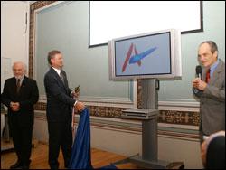 Slavnostní přestřižení pásky velvyslancem Richardem Graberem