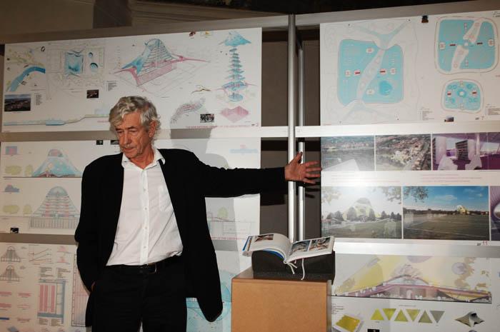 Pan Kaplický ukazuje vnitřní rozvržení nové budovy