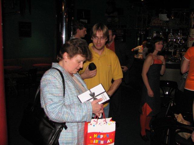 Každý získal své DVD s filmem o historii Ikara (a bookletem).