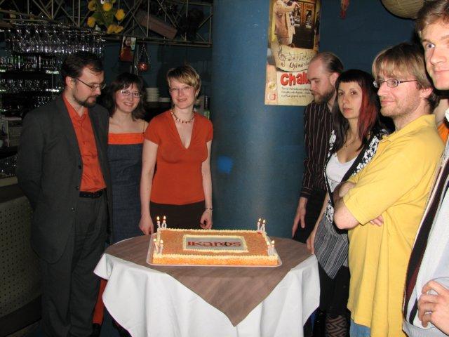 Narozeninový dort jsme obdivovali, zapálili, sfoukli, naporcovali a snědli. Mňam.