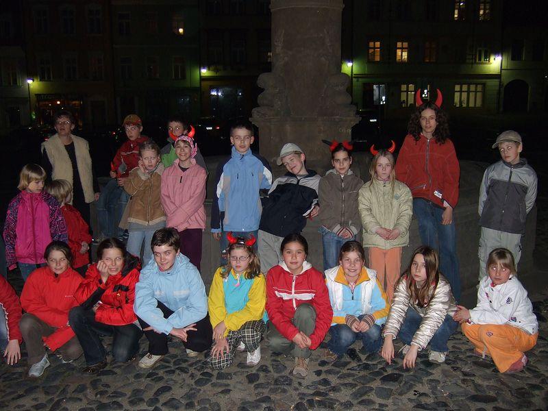 Společné noční foto na náměstí