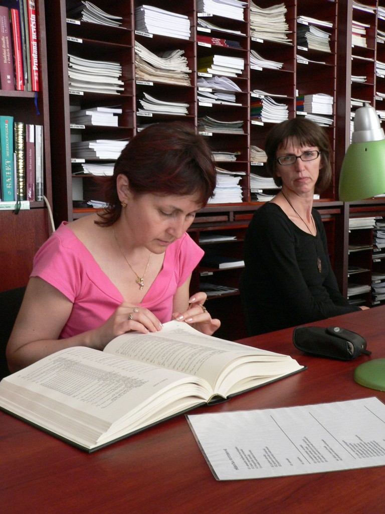Ve studovně znovu listujeme dokumenty