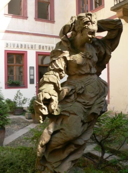 Kolem usmívající se sochy M. B. Brauna