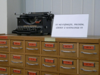katalogy s nezbytnou cedulí