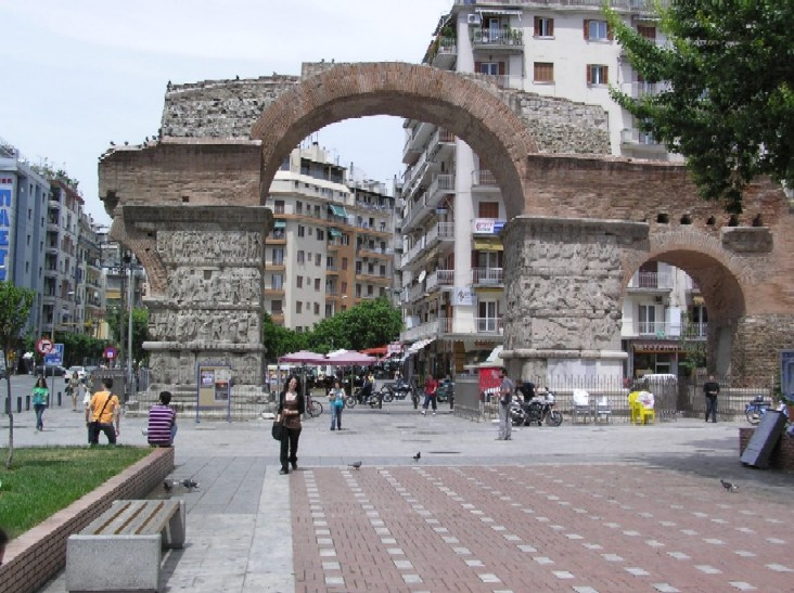 Obr. 10: Prostupování starého a nového je pro Soluň charakteristické: Galeriův oblouk ze 4. století po Kr. vám nabízí přímý průhled do 20. století