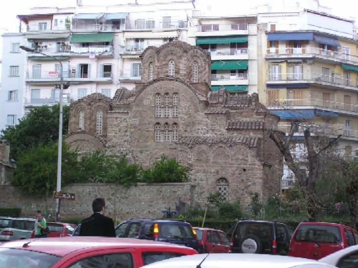 Obr. 12: Prastaré kostely se tísní v moderní zástavbě a působí jako zjevení z jiného světa a jiné doby