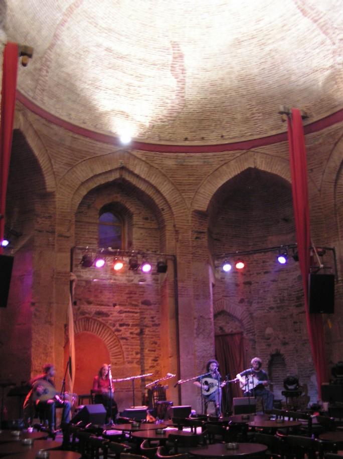 Obr. 2: Soluňské mešity se postupně rozpadají a zarůstají vegetací, nebo slouží jako koncertní síň
