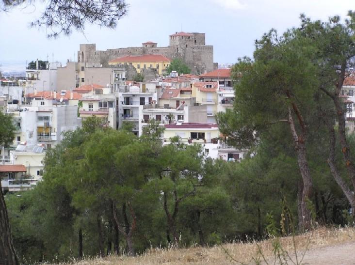 Obr. 5: Soluň se zvedá od mořské hladiny až k pevnosti, která do konce 80. let sloužila jako vězení