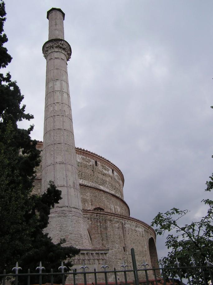 Obr. 7: V Soluni najdete také jeden (nyní mírně přiseknutý) minaret přistavěný Turky ke kostelu