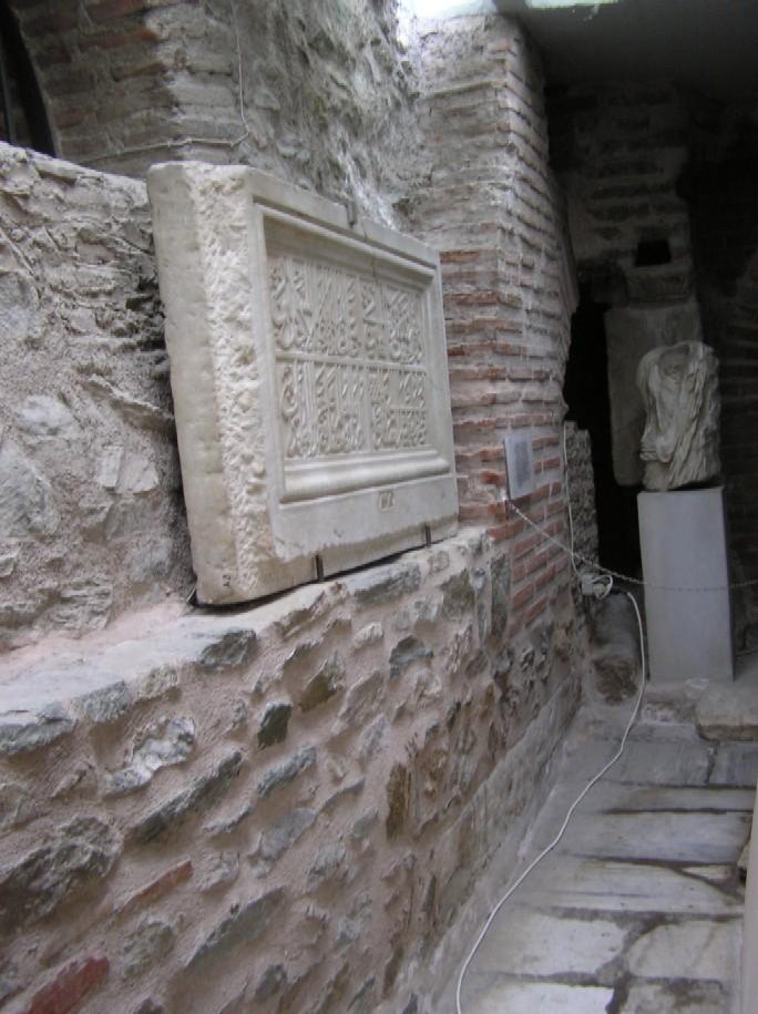 Obr. 8: Pamětní deska, kterou Turci vsadili do kostela svatého Demetria na paměť toho, že ho změnili v mešitu, se nachází na samém okraji expozice a z návštěvníků ji asi najde jen nepatrná menšina