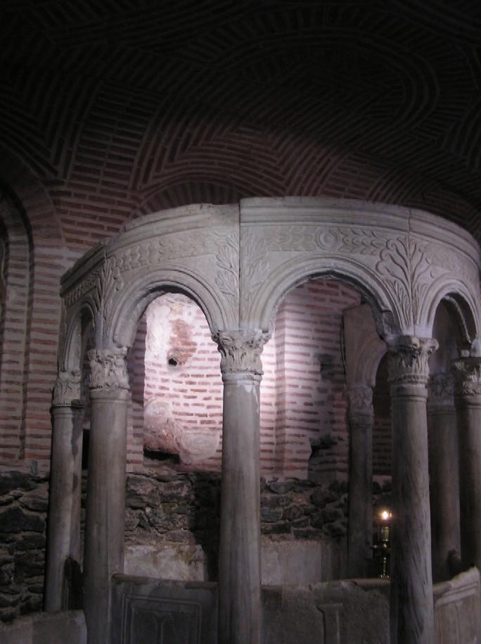 Obr. 9: Samotný kostel sv. Demetria (přechodně, několik set let, mešita) stojí na místě bývalých římských lázní, jejichž torzo je zachováno v kryptě