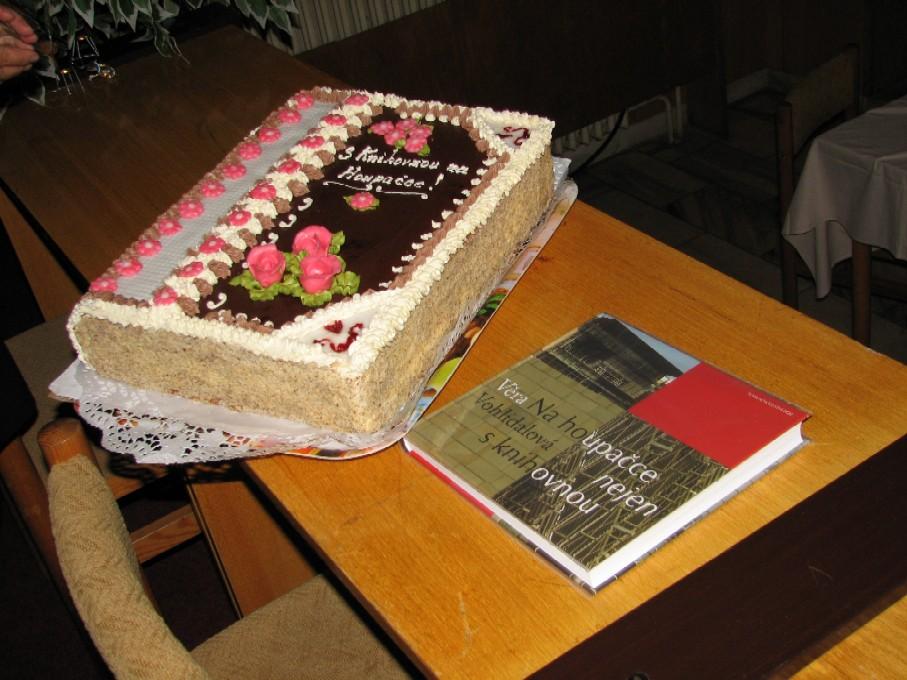 Neodolatelné zátiší s knihou (nejen) o knihovně a s dortem ve tvaru knihy