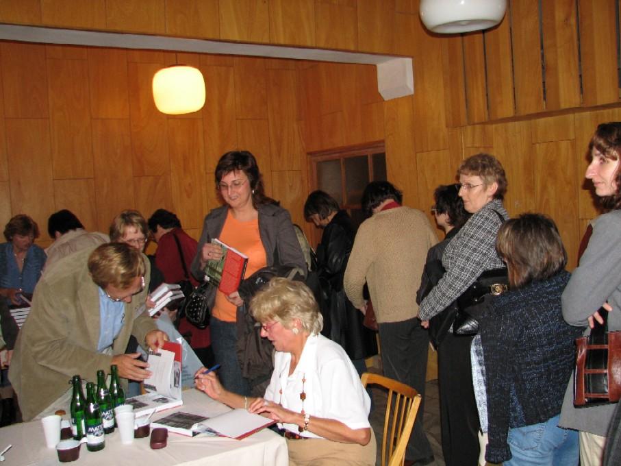 Věra Vohlídalová podepisuje exempláře své čerstvě pokřtěné knihy