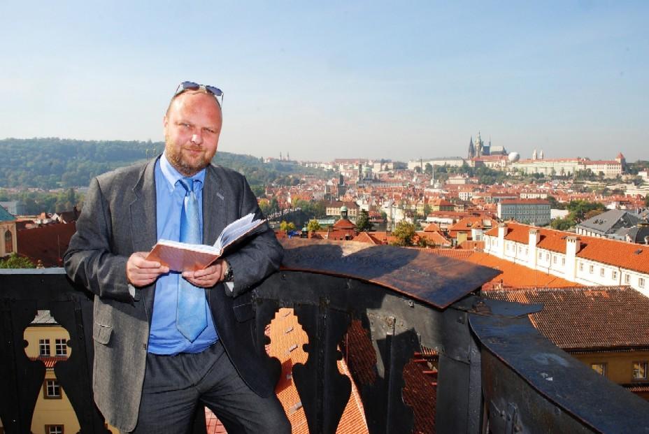 Vlastimil Ježek s knihou (autorkou fotografie je Eva Hodíková z Národní knihovny ČR)