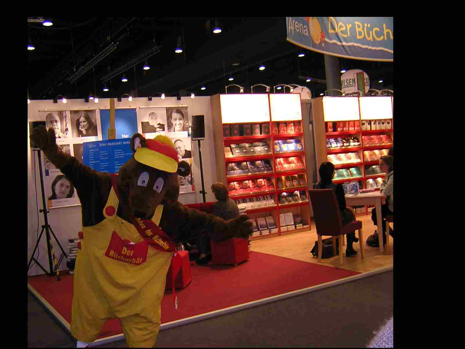 Obr. 2: Bücherbär čili knižní medvěd propagoval stejnojmennou edici dětských knih. Medvěd je ovšem maskotem mnoha dalších německých nakladatelství (například nakladatelství Donny Stieven přitom leží v Berlíně, který má medvěda v názvu i v logu). Dobré kontakty má Národní knihovna s nakladatelstvím Bärenreiter (doslova jezdec na medvědovi), v jehož logu se také nachází medvěd. Téma by si ovšem zasloužilo hlubší ikonografický rozbor.
