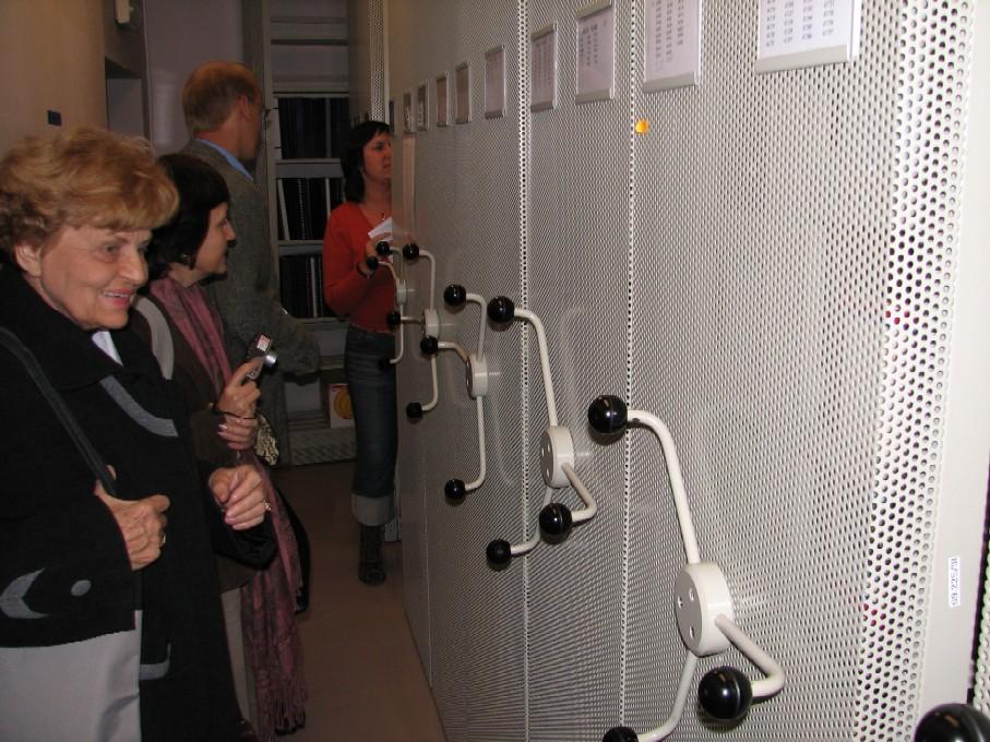 Účastníci exkurze si v praxi vyzkoušeli i pohyb s kompaktními regály