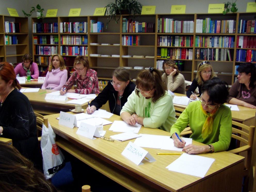 Účastničky seminára horlivo riešia zadanú úlohu