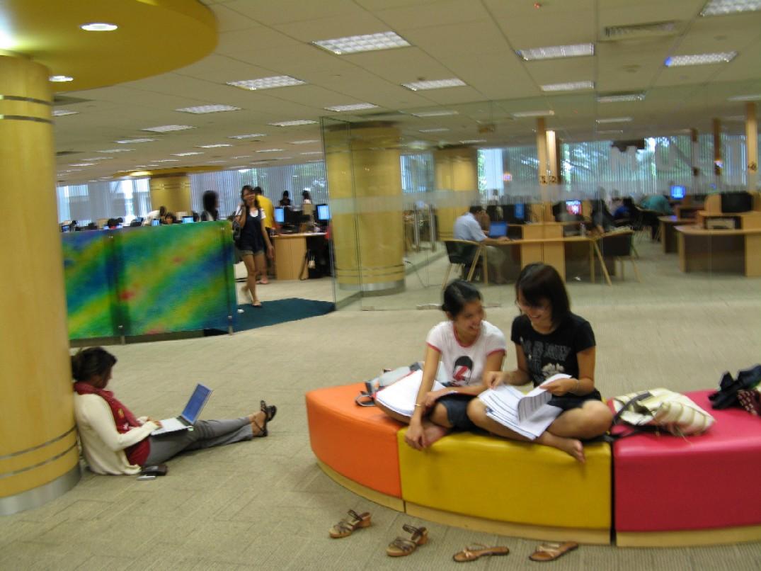 Záběr do knihovny Národní univerzity v Singapuru