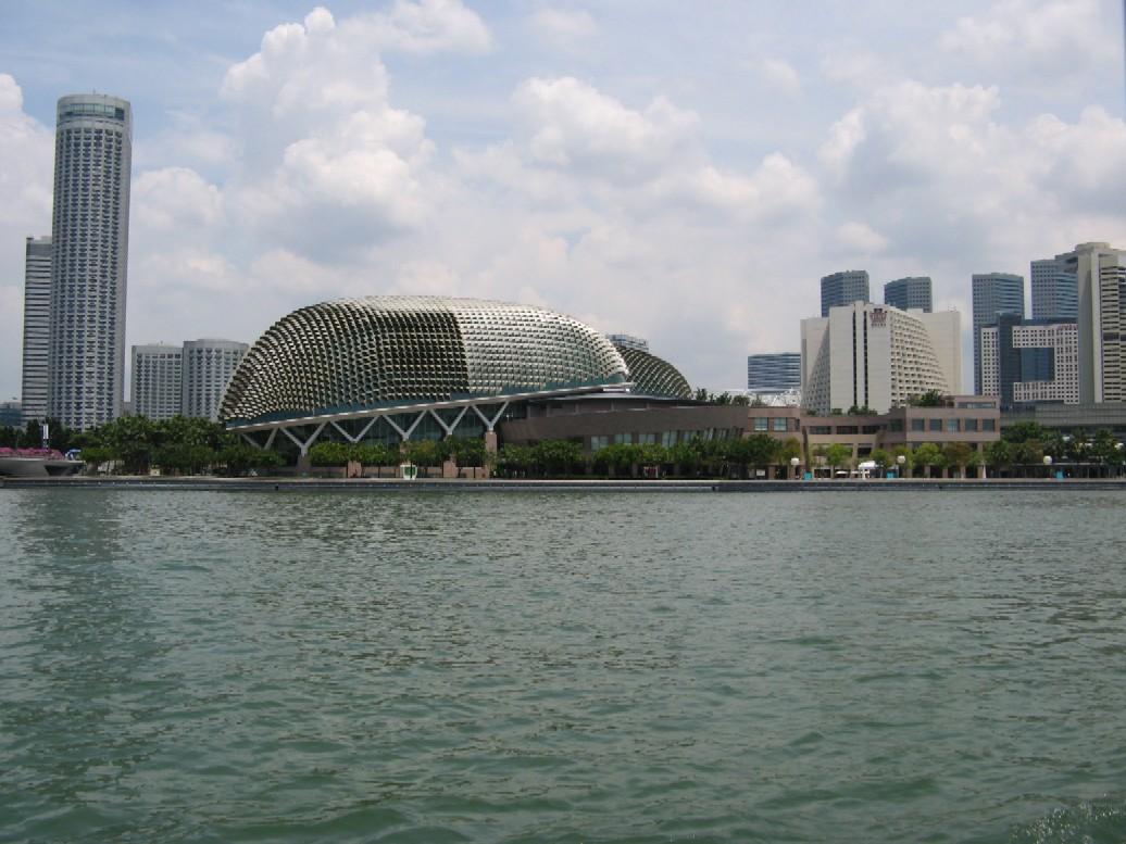 Ukázka moderní architektury – dvě škeble – divadlo a koncertní hala