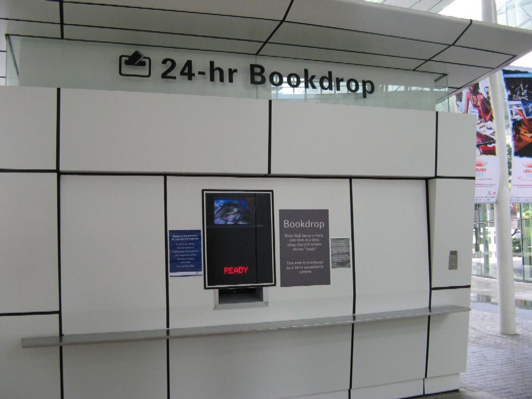 Toto zařízení stojí před vchodem do Národní knihovny v Singapuru - vracet knihy je tedy možno kdykoliv